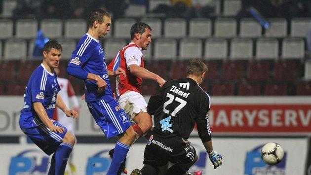 Olomoucký gólman Zdeněk Zlámal v duelu se Slavií.