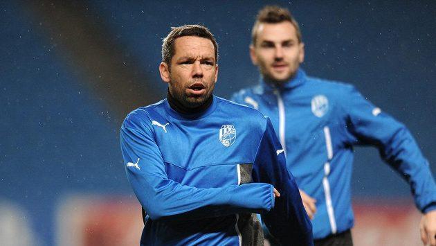 Záložník Viktorie Plzeň Pavel Horváth při tréninku na stadiónu Manchesteru City.