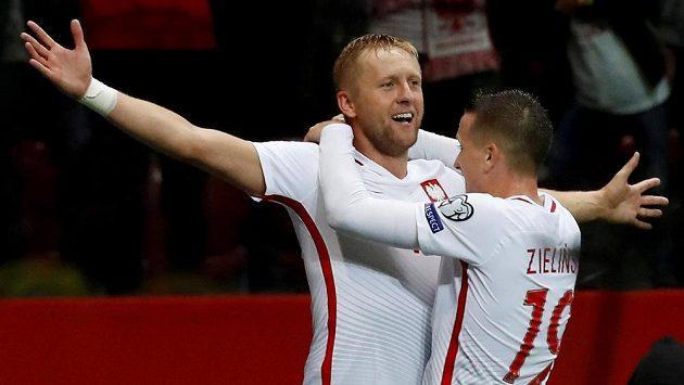 Poláci Kamil Glik a Piotr Zielinski se radují z gólu proti Kazachstánu.