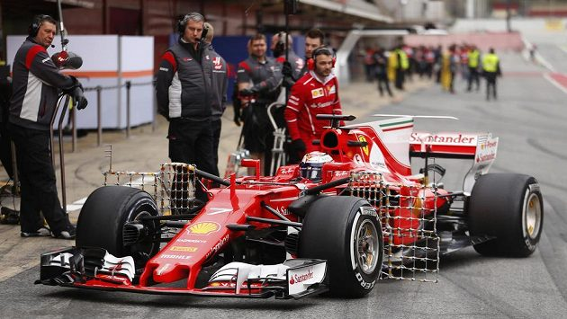 Kimi Räikkönen během předsezónních testů v Barceloně.