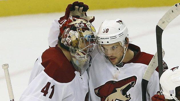 Hokejisté Phoenixu se radují z vítězství nad Detroitem. Vlevo brankář Mike Smith, vpravo Antoine Vermette.