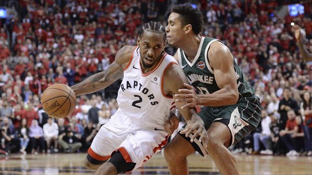 Kawhi Leonard (vlevo) z Toronta obchází bránícího Malcolma Brogdona z Milwaukee.