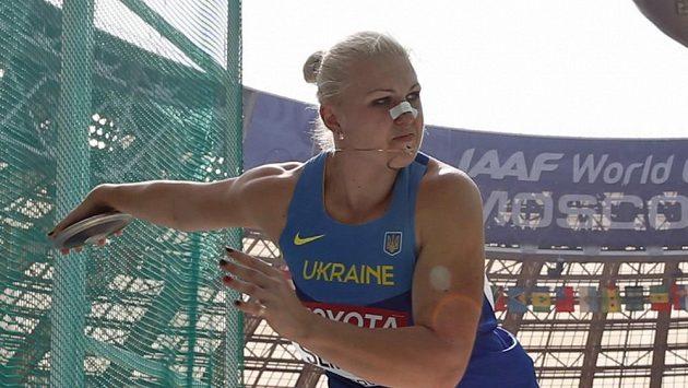 Ukrajinská diskařka Natalja Semenovová s náplastí na nose.
