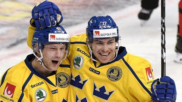 Švédští hokejisté Oscar Möller (vlevo) a Par Lindholm se radují z gólu proti Kanadě. Ilustrační snímek.