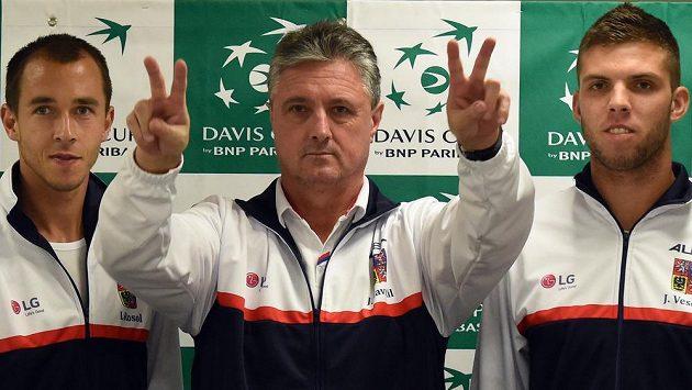 Hlavní část českého daviscupového týmu pro zápas 1. kola s Austráli. Zleva Lukáš Rosol, nehrající kapitán Jaroslav Navrátil a Jiří Veselý.