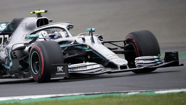 Fin Valtteri Bottas z Mercedesu při volném tréninku před GP Británie.
