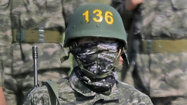 Hvězda Tottenhamu Hotspur - fotbalista Son Hung-min - během vojenského výcviku.