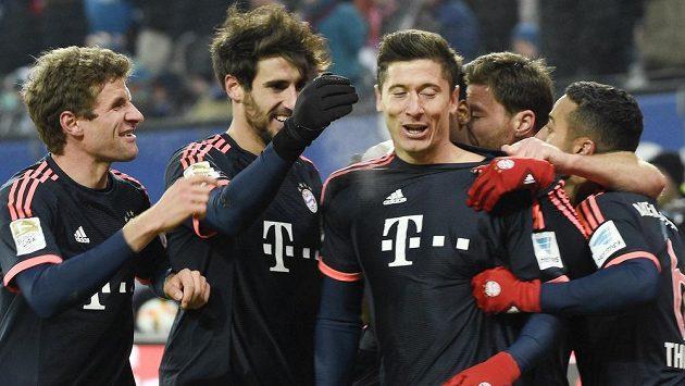 Fotbalisté Bayernu slaví gól na hřišti Hamburku. Třetí zleva je střelec gólu Robert Lewandowski.