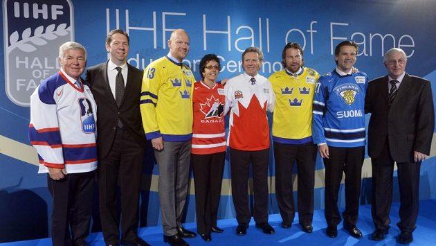 Noví členové Síně slávy IIHF. Zleva Jan-Ake Edvinsson, Gord Miller, Mats Sundin, Danielle Goyetteová, Paul Henderson, Peter Forsberg, Teppo Numminen a Boris Michajlov.