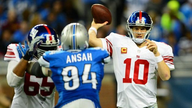Quarterback Peyton Manning (zcela vpravo).