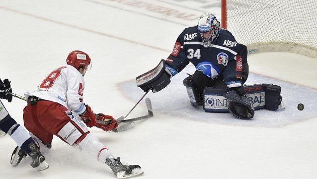Martin Gernát z Třince a brankář Plzně Dominik Frodl v akci během semifinále hokejové extraligy.