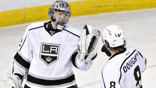 Brankář Los Angeles Kings Jonathan Quick a jeho spoluhráč Drew Doughty (8) slaví vítězství na ledě Edmontonu.