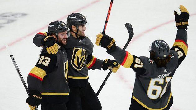 Hokejisté Vegas Max Pacioretty (67), Alec Martinez (23) a Mark Stone (61) se radují z gólu proti Coloradu v šestém zápase série.