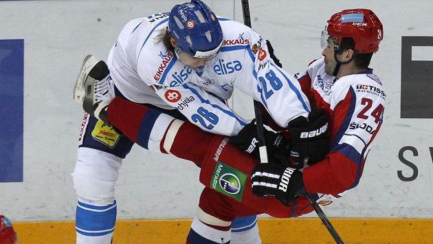 Finský hokejista Miika Lahti ves srážce s Rusem Alexanderem Popovem.