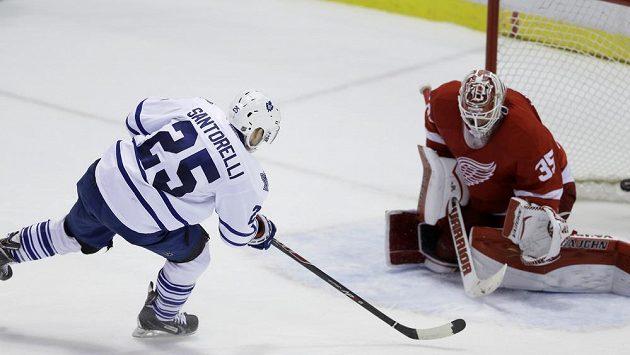 Mike Santorelli překonává Jimmyho Howarda a střílí vítězný gól Toronta v duelu s Detroitem.