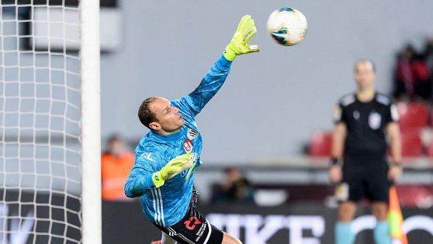 Brankář Českých Budějovic Jaroslav Drobný čelí penaltě v zápase Fortuna ligy proti Spartě.