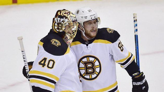 David Pastrňák (88) a brankář Tuukka Rask (40) z Bostonu po výhře v Torontu.