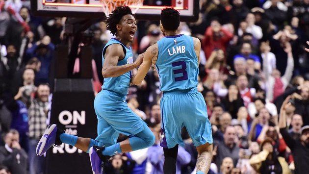 Basketbalista Charlotte Hornets Jeremy Lamb (3) slaví svou parádní trefu se spoluhráčem Devontem Grahamem v utkání NBA s Torontem.