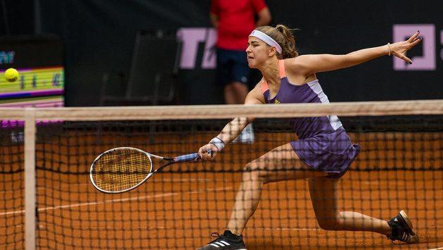 Karolína Muchová v utkání proti Barboře Strýcové hraném v rámci tenisového turnaje družstev žen Tipsport Elite Trophy.