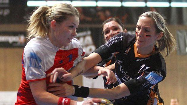 Hráčka Slavie Monika Rajnohová (vlevo) a Hana Martinková z Mostu v utkání finálové série.