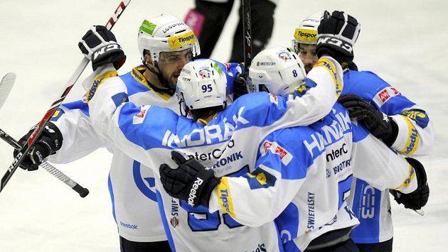 Hokejisté Plzně se radují z gólu proti Kladnu.