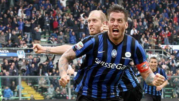 Útočník Bergama German Denis se raduje z vyrovnávacího gólu v zápase s Empoli.
