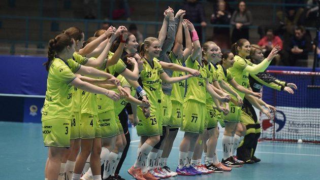 Hráčky Vítkovic se radují z vítězství a zdraví fanoušky.