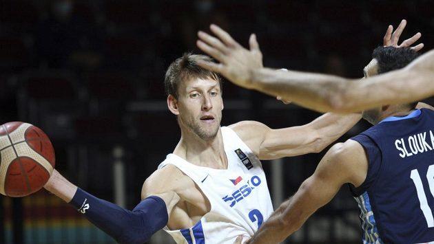 Český basketbalista Jan Veselý rozehrává míč v souboji s Řeckem. Češi vyhráli nad favoritem a postoupili na olympiádu v Tokiu.