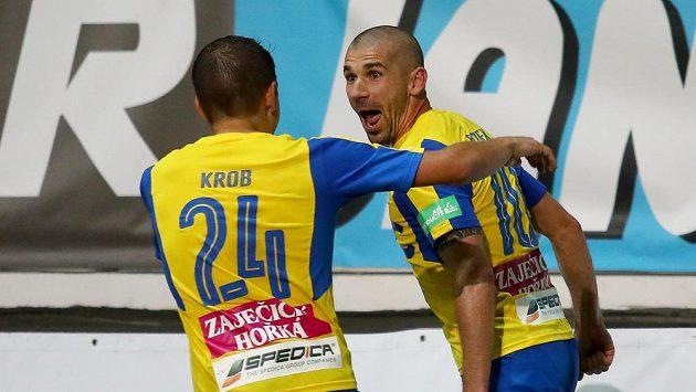 Hráči Teplic Jan Krob (vlevo) a Jan Rezek se radují z gólu proti Liberci.