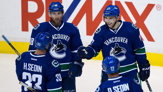 Radim Vrbata (vpravo) slaví gól do sítě Edmontonu.