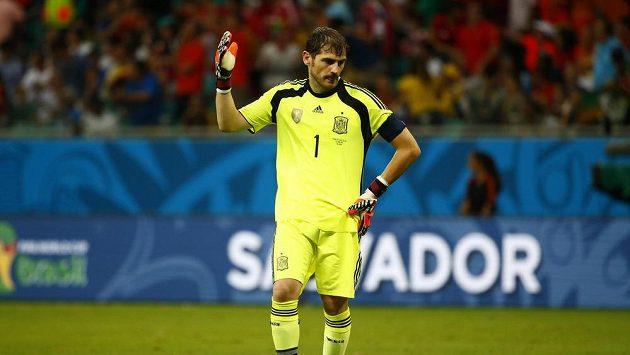 Zklamaný španělský gólman Iker Casillas během duelu proti Nizozemsku na MS v Brazílii.
