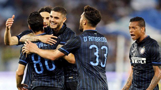 Fotbalisté Interu Milán se radují z branky proti Laziu