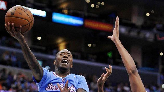 Jamal Crawford z Clippers střílí koš Chicagu.