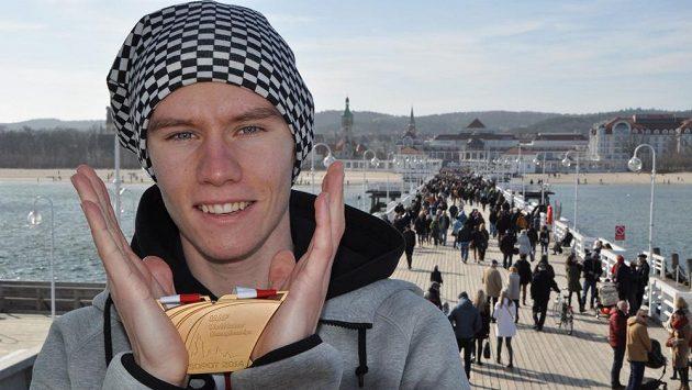 Pavel Maslák pózuje se zlatou medailí, kterou vybojoval v běhu na 400 metrů na halovém mistrovství světa v polských Sopotech. Za ním je nejdelší dřevěné molo v Evropě, které měří do Gdaňského zálivu více než 500 metrů.