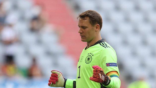 Brankář Německa Manuel Neuer s duhovou páskou.