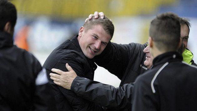 Trenér fotbalistů Hradce Králové Luboš Prokopec (uprostřed) se raduje z vítězství v Teplicích.