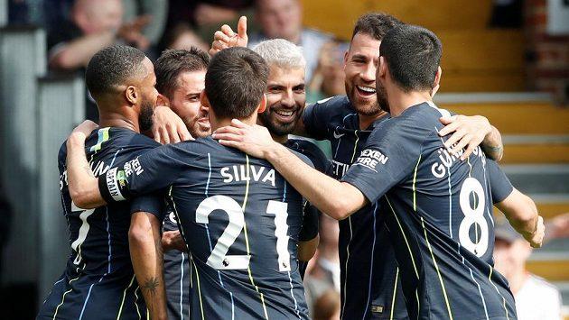 Fotbalisté Manchesteru City se radují z gólu proti Fulhamu.