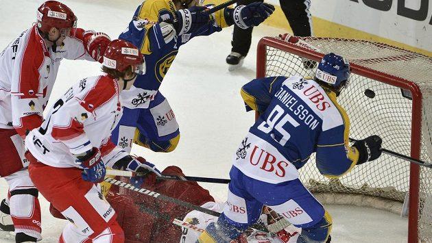 Nicklas Danielsson střílí gól Davosu v semifinále Spenglerova poháru proti CSKA Moskva.