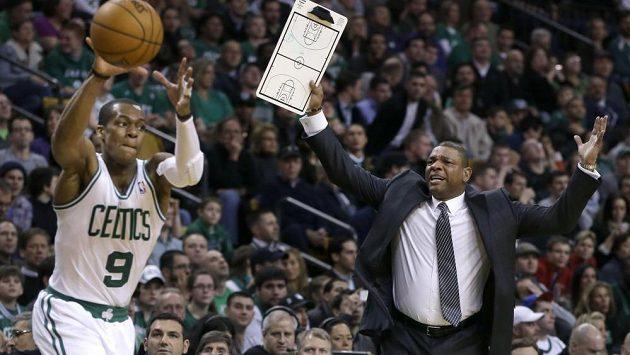 Basketbalista Bostonu Rajon Rondo (vlevo). Vedle něj stojí trenér Celtics Doc Rivers.