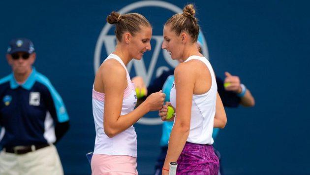 Karolína Plíšková (vlevo) se sestrou Kristýnou v prvním kole čtyřhry na turnaji v Cincinnati.
