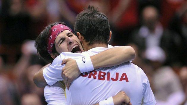Tenisté Srbska se radují po vítězství ve čtyřhře nad USA.