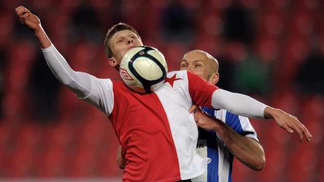 Milan Škoda ze Slavie (vpředu) a obránce Mladé Boleslavi Petr Johana.