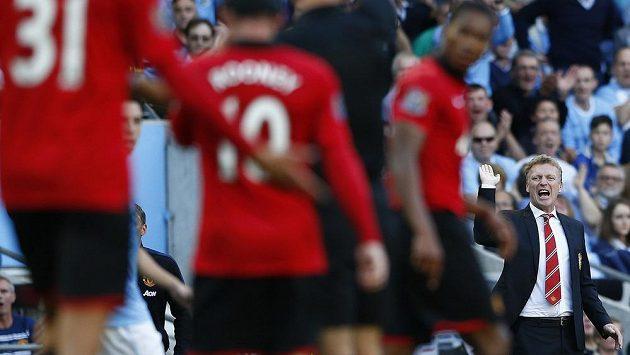Nespokojený trenér Manchesteru United David Moyes předává pokyny svým svěřencům.