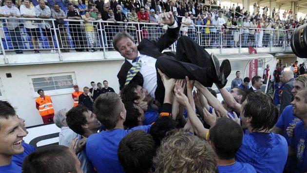 Hráči Košic vyhazují do vzduchu svého kouče Jána Kozáka po zisku Slovenského poháru.