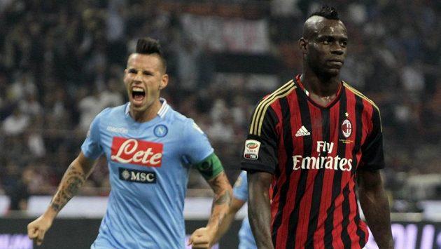 Mario Balotelli (vpravo) po neúspěšné exekuci penalty při utkání s Neapolí.