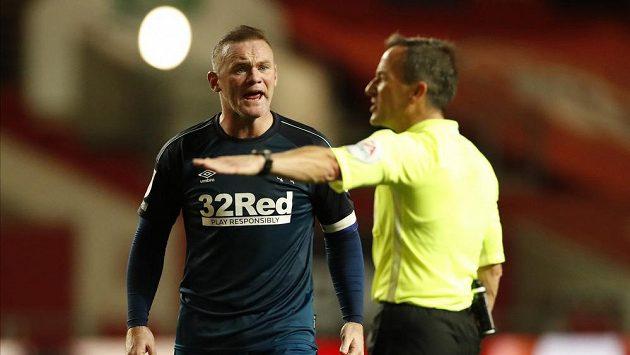 Wayne Rooney, hrající trenér celku Derby County, ve vášnivé diskuzi s rozhodčím během zápasu v Championship.