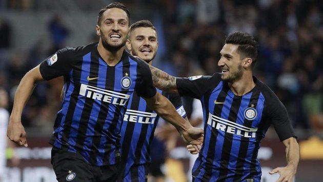Fotbalista Interu Milán Danilo D'Ambrosio (vlevo) slaví se spoluhráčem Maurem Icardim and Matteem Politanem gól proti Fiorentině.