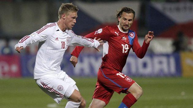 Petr Jiráček (vpravo) brání Dána Nicolaie Jörgensena v kvalifikačním zápase o postup na MS.