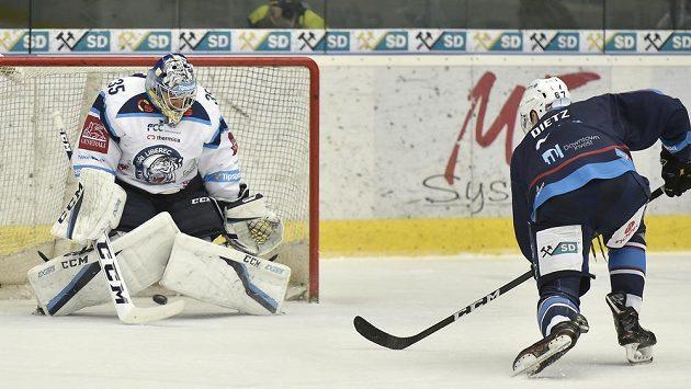 Stanislav Dietz z Chomutova střílí gól v prodloužení, v brance Liberce Roman Will.