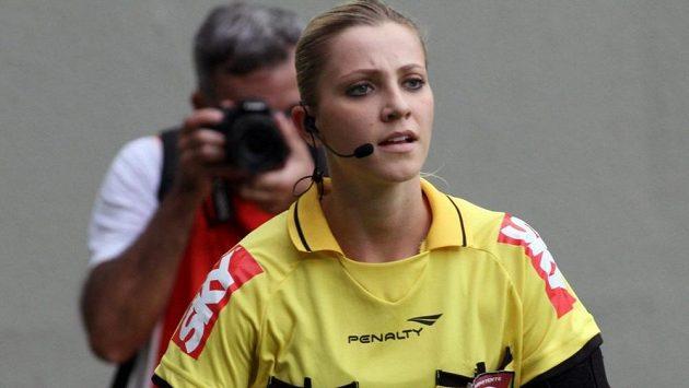 Fotbalová rozhodčí Fernanda Colombová je hitem internetu.